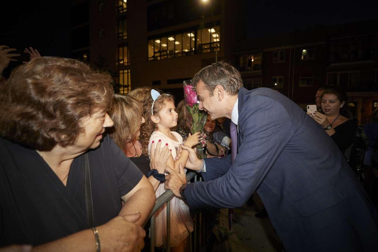 Συνομιλώντας με μικρούς και μεγάλους Ελληνες της Διασποράς που τον περίμεναν το βράδυ της Τετάρτης στην Αστόρια