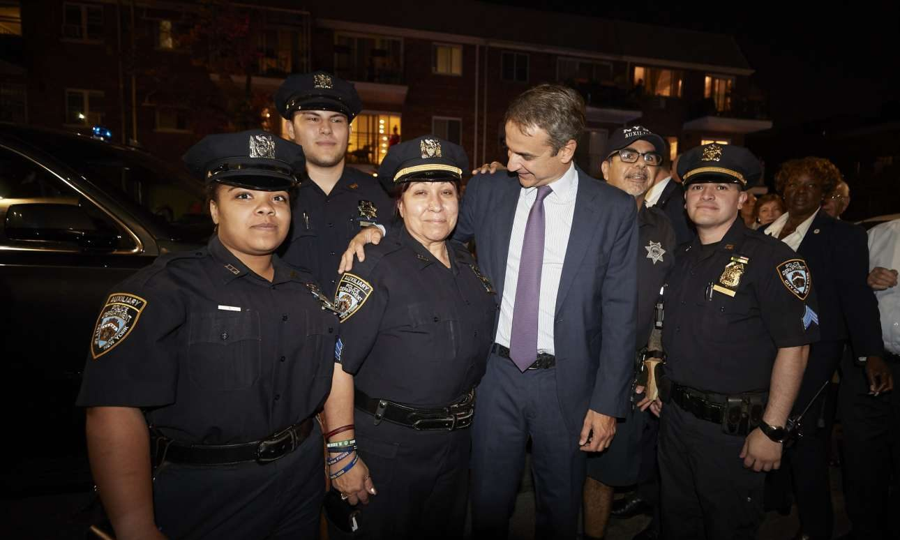 Με άνδρες και γυναίκες βοηθητικού κλιμακίου της αστυνομίας της Νέας Υόρκης, πριν από την εκδήλωση το βράδυ της Τετάρτης, 25 Σεπτεμβρίου, για τους ομογενείς στην Αστόρια