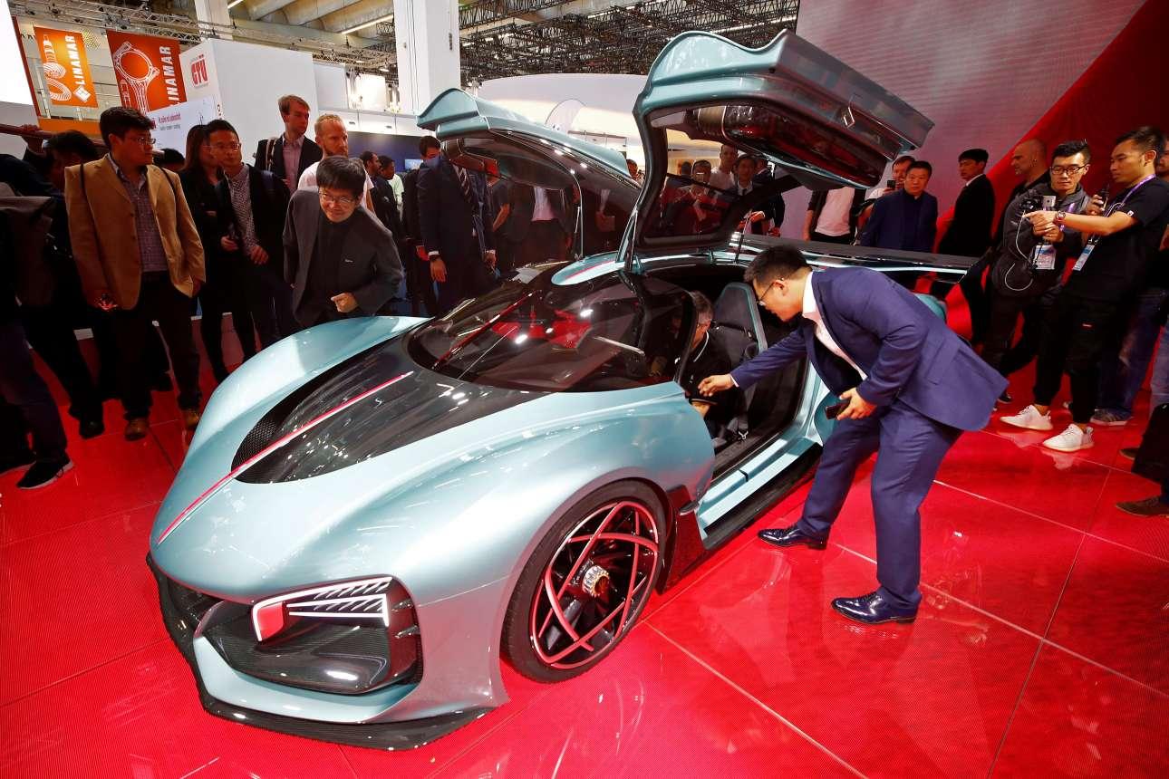 Το νέο supercar Hongqi S9 μοιάζει με φουτουριστικό μοντέλο από το παρελθόν, αφού ο σχεδιασμός του είναι αρκετά ξεπερασμένος σε σχέση με το κόστος του