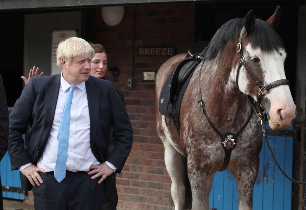 «Το βασίλειό μου για ένα άλογο». Ο Μπόρις Τζόνσον κατά την επίσκεψή του στους στάβλους της αστυνομίας του Δυτικού Γιόρκσαϊρ την Πέμπτη, 5 Σεπτεμβρίου 2019