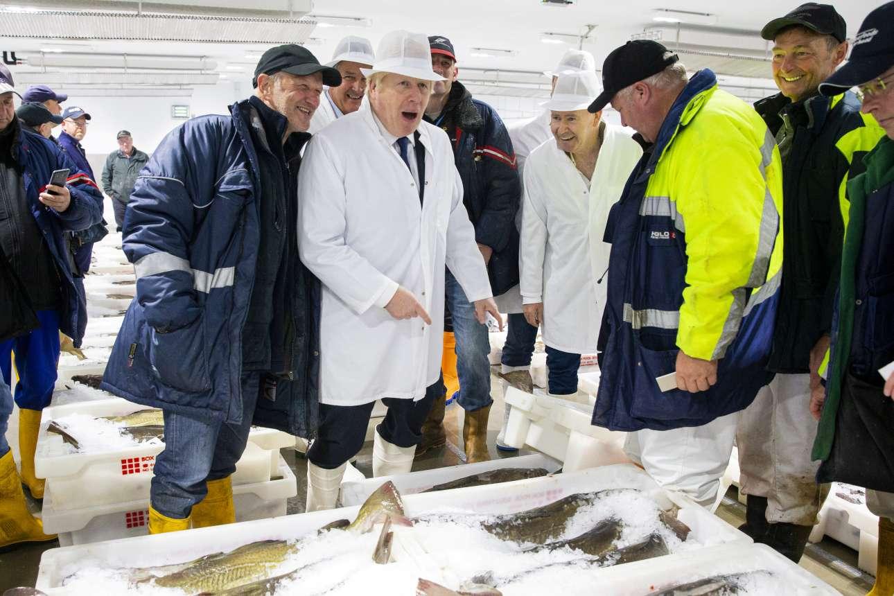 Ο Μπόρις Τζόνσον ενθουσιασμένος κατά την επίσκεψή του, την Παρασκευή, στην ψαραγορά του Πέτερχεντ στη Σκωτία