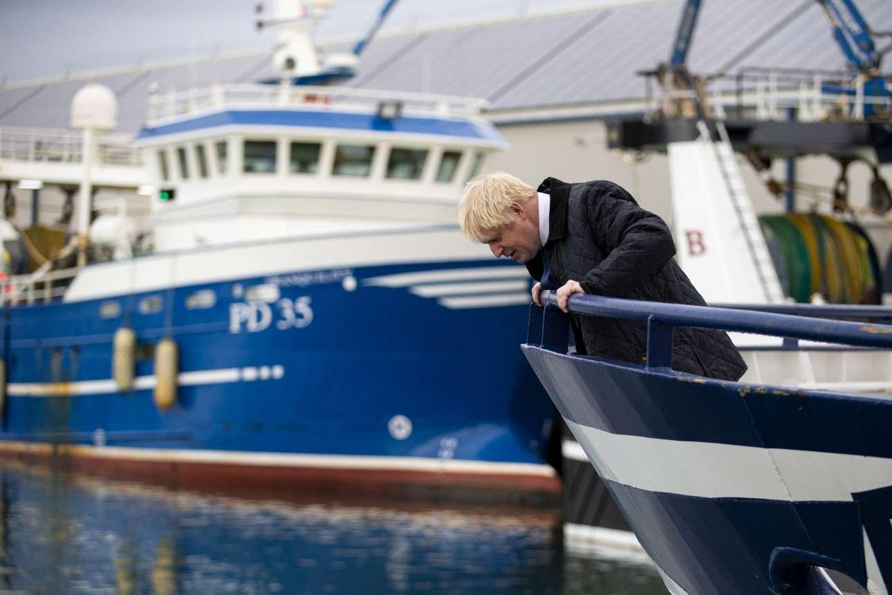Ο Μπόρις Τζόνσον σε ένα αλιευτικό στο Πέτερχεντ της Σκωτίας