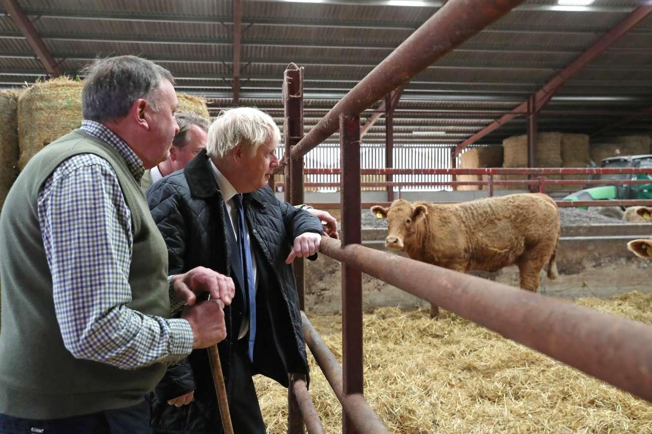 Ο Μπόρις Τζόνσον κατά την επίσκεψή του σε φάρμα βοοειδών στο Ντάρνφορντ, κοντά στο Αμπερντίν