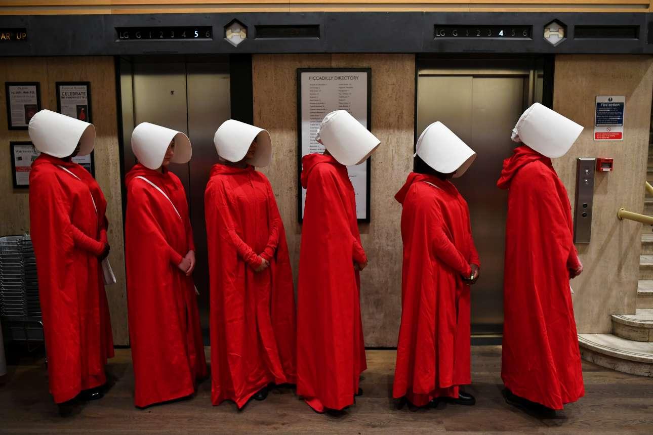 Κοπέλες ντυμένες ως χαρακτήρες της σειράς «The Handmaid's Tale» περιμένουν στην ουρά στο βιβλιοπωλείο Waterstones, στο Λονδίνο, για να πάρουν το νέο βιβλίο της Μάργκαρετ Άτγουντ. Η σειρά βασίζεται στο βιβλίο αυτό