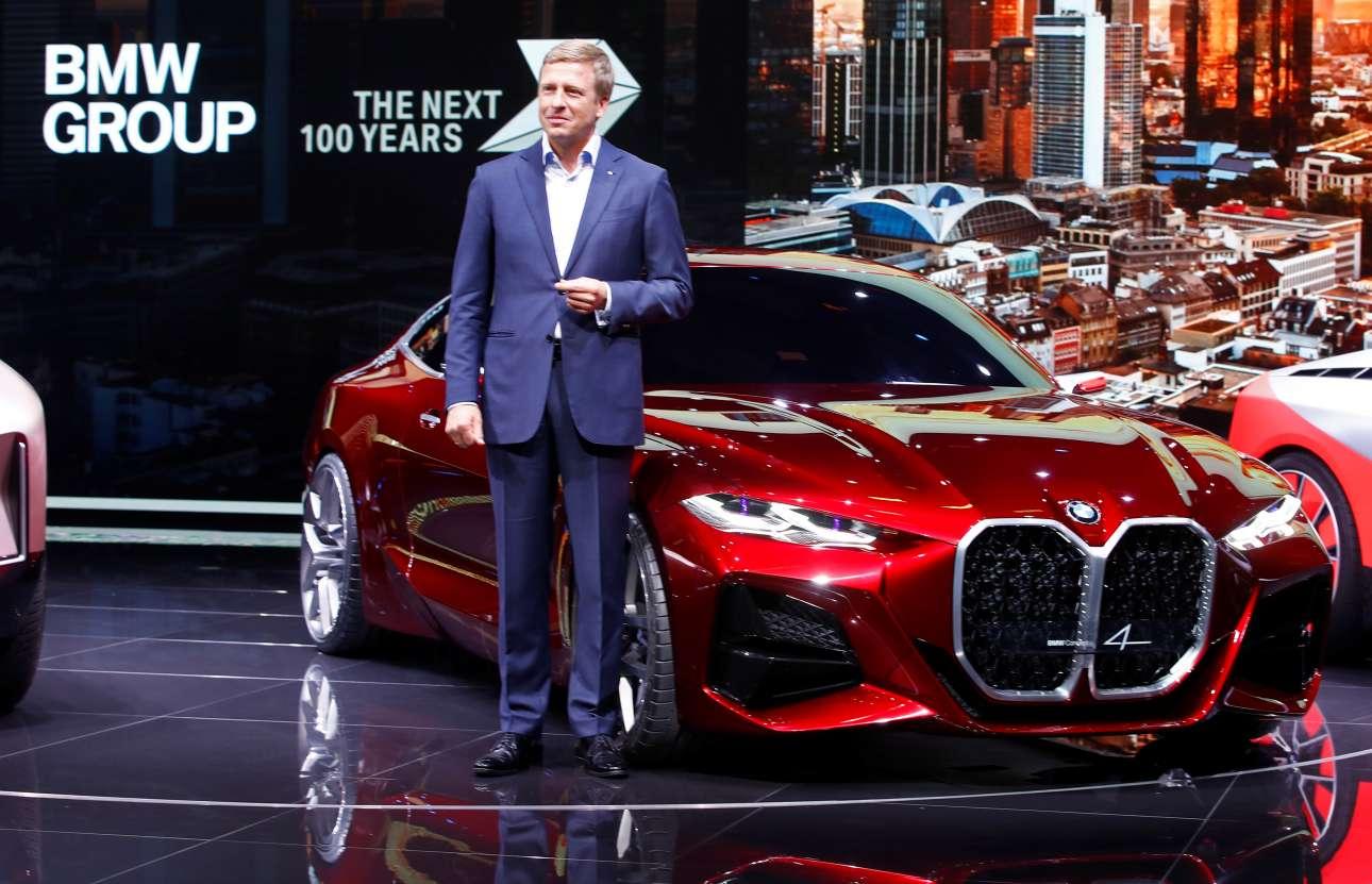 Ο διευθύνων σύμβουλος της BMW Ολιβερ Ζίψε δίπλα σε ένα απαστράπτον αυτοκίνητο της εταιρείας