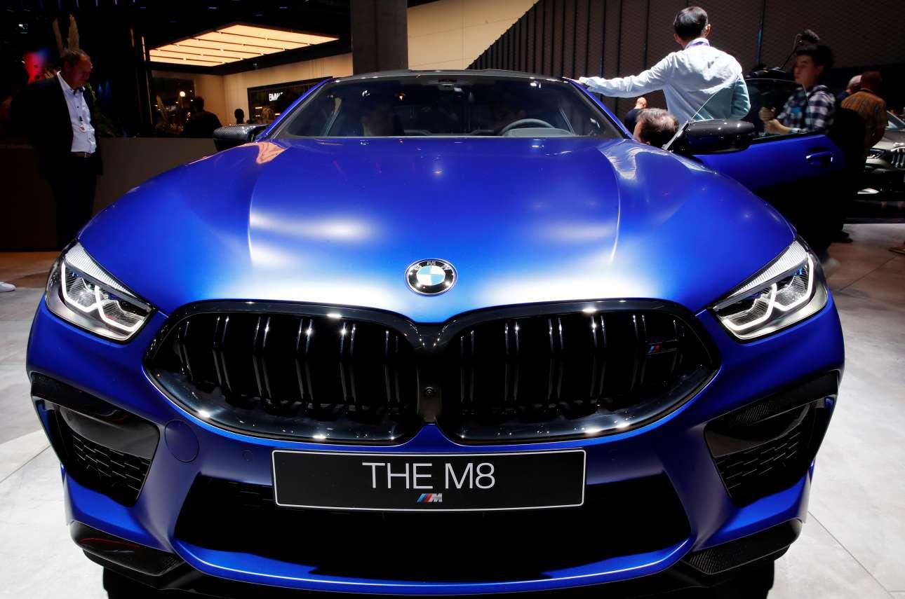 Μία BMW M8 με έντονο μπλε χρώμα τραβά πάνω της τα βλέμματα