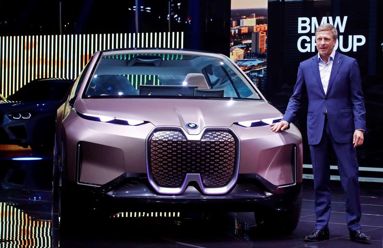 Ο Ολιβερ Ζίψε δίπλα στην BMW Vision iNext
