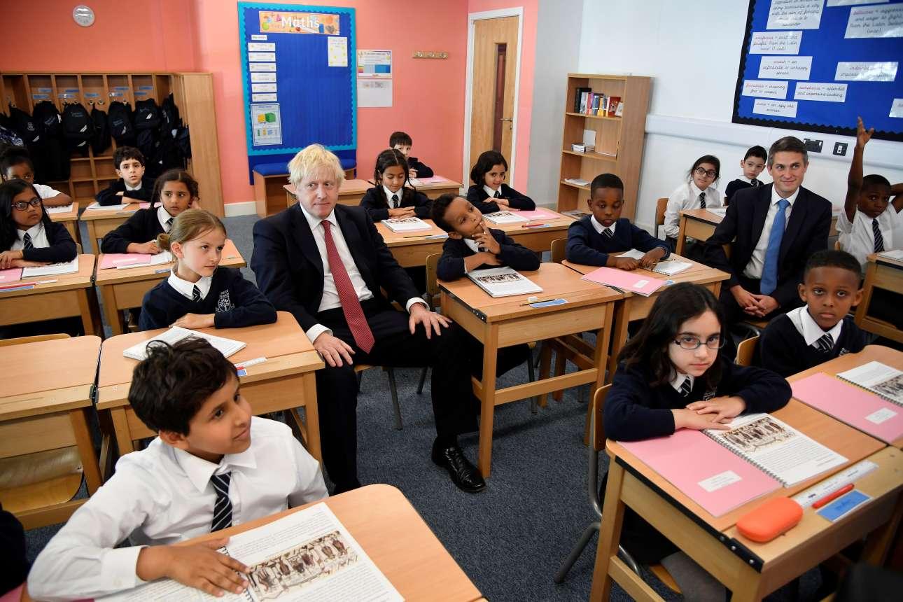 Ο πρωθυπουργός της Βρετανίας Μπόρις Τζόνσον συμμετέχει σε μάθημα Ιστορίας κατά την επίσκεψή του σε σχολείο της περιοχής του Πίμλικο, στο Λονδίνο