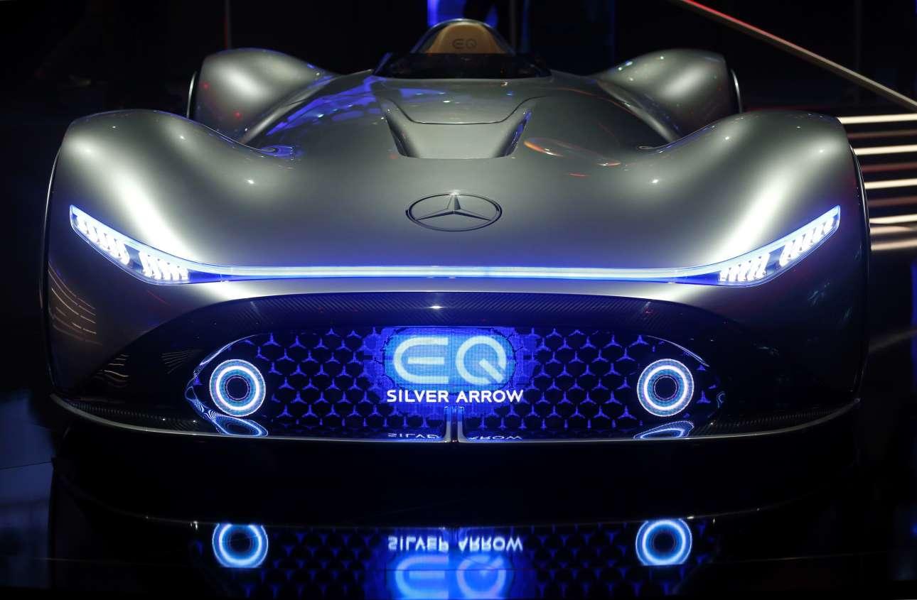 Η Mercedes-Benz EQ Silver Arrow με τον εντυπωσιακό της φωτισμό