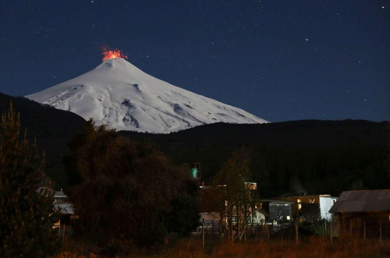 Το ηφαίστειο Βιγιαρρίκα, στη Χιλή, ξυπνά κατά τη διάρκεια της νύχτας