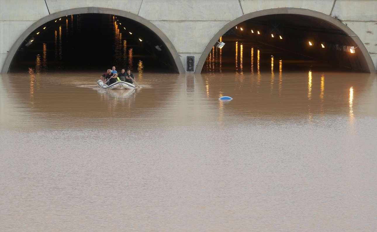 Διασώστες σώζουν ένα άτομο σε πλημμυρισμένο τούνελ στην ισπανική περιοχή San Pedro del Pinatar στην Ισπανία