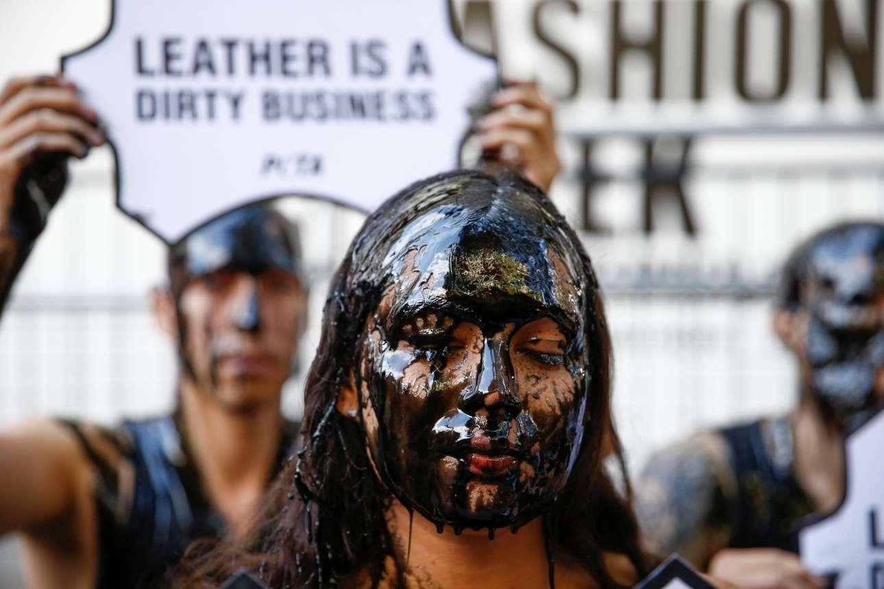 Ακτιβιστές της φιλοζωικής οργάνωσης PETA συμμετέχουν σε διαμαρτυρία έξω από το χώρο που φιλοξενεί την Εβδομάδας Μόδας του Λονδίνου