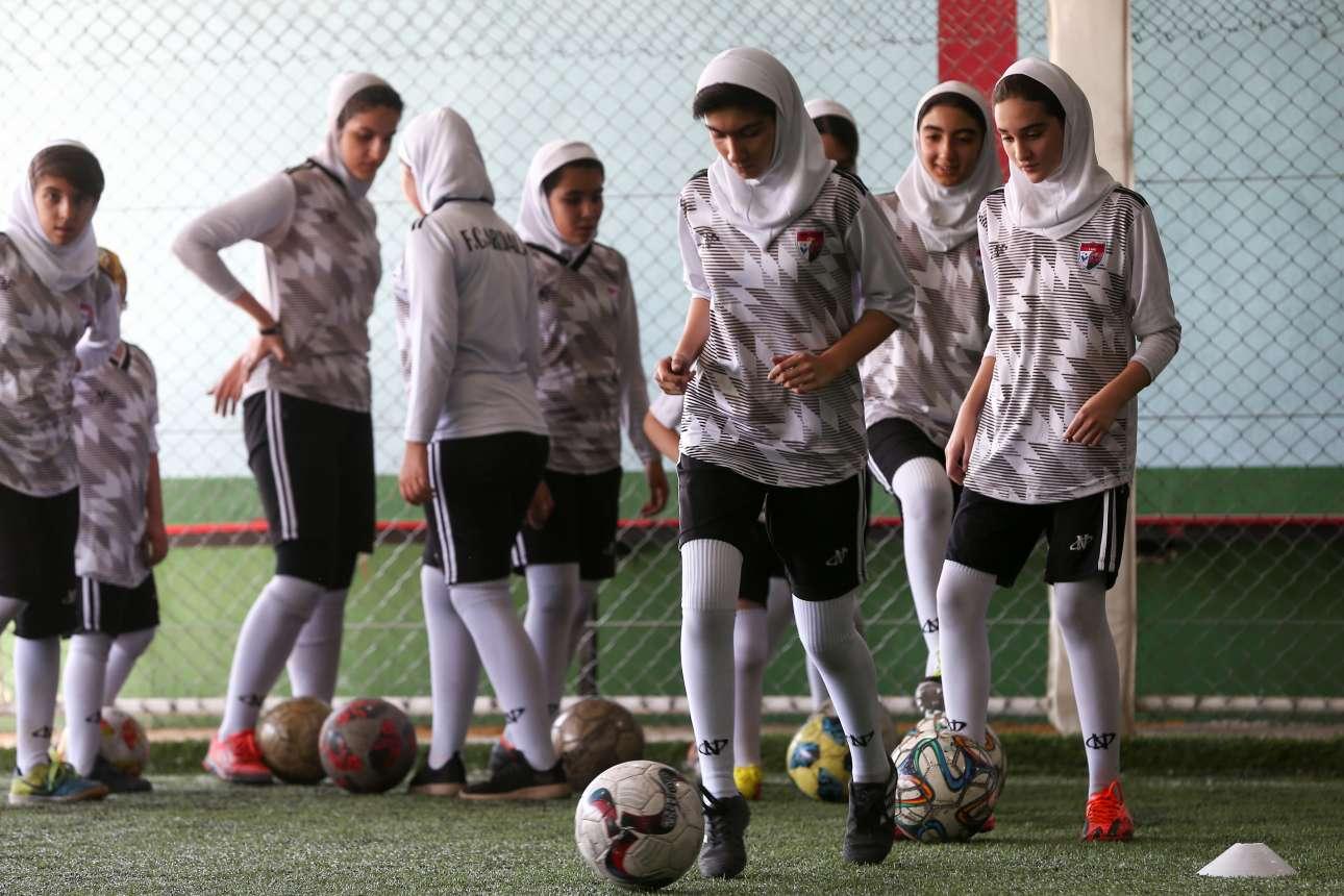 Ιρανές προπονούνται σε αθλητικό σχολείο στην Τεχεράνη εν μέσω παγκόσμιας κατακραυγής για το «μπλε κορίτσι». Η 29χρονη, που αναφερόταν ως «Σαχάρ» συνελήφθη γιατί τον περασμένο Μάρτιο μπήκε σε γήπεδο ποδοσφαίρου μεταμφιεσμένη για να δει την αγαπημένη της ομάδα. Μετά την αναβολή της δίκης της, την περασμένη εβδομάδα, αυτοπυρπολήθηκε καθώς ήταν αντιμέτωπη με φυλάκιση από 6 μήνες έως 2 χρόνια