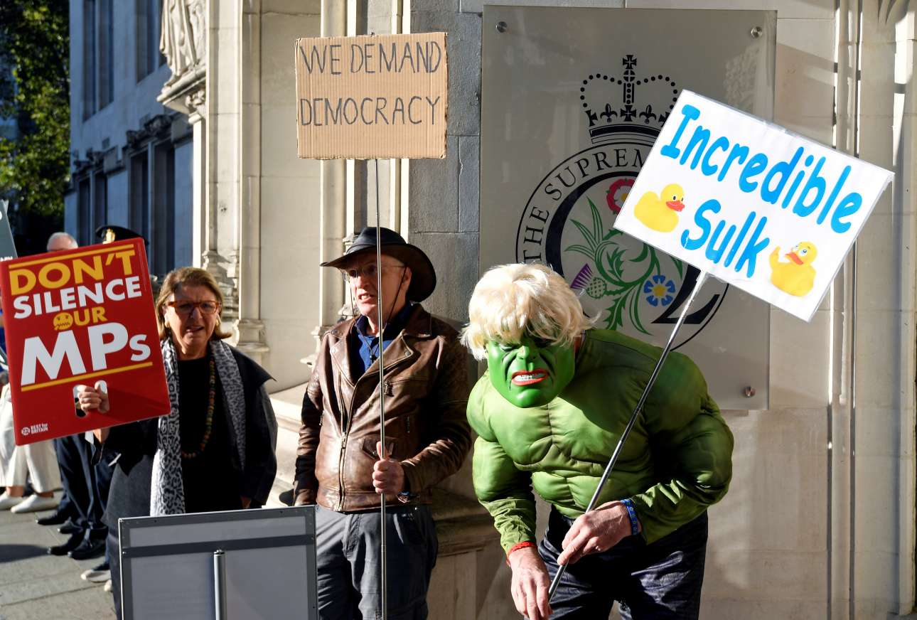 Ευρηματικοί πολίτες διαδηλώνουν έξω από το Ανώτατο Δικαστήριο της Βρετανίας, στο Λονδίνο, κατά του πρωθυπουργού Μπόρις Τζόνσον