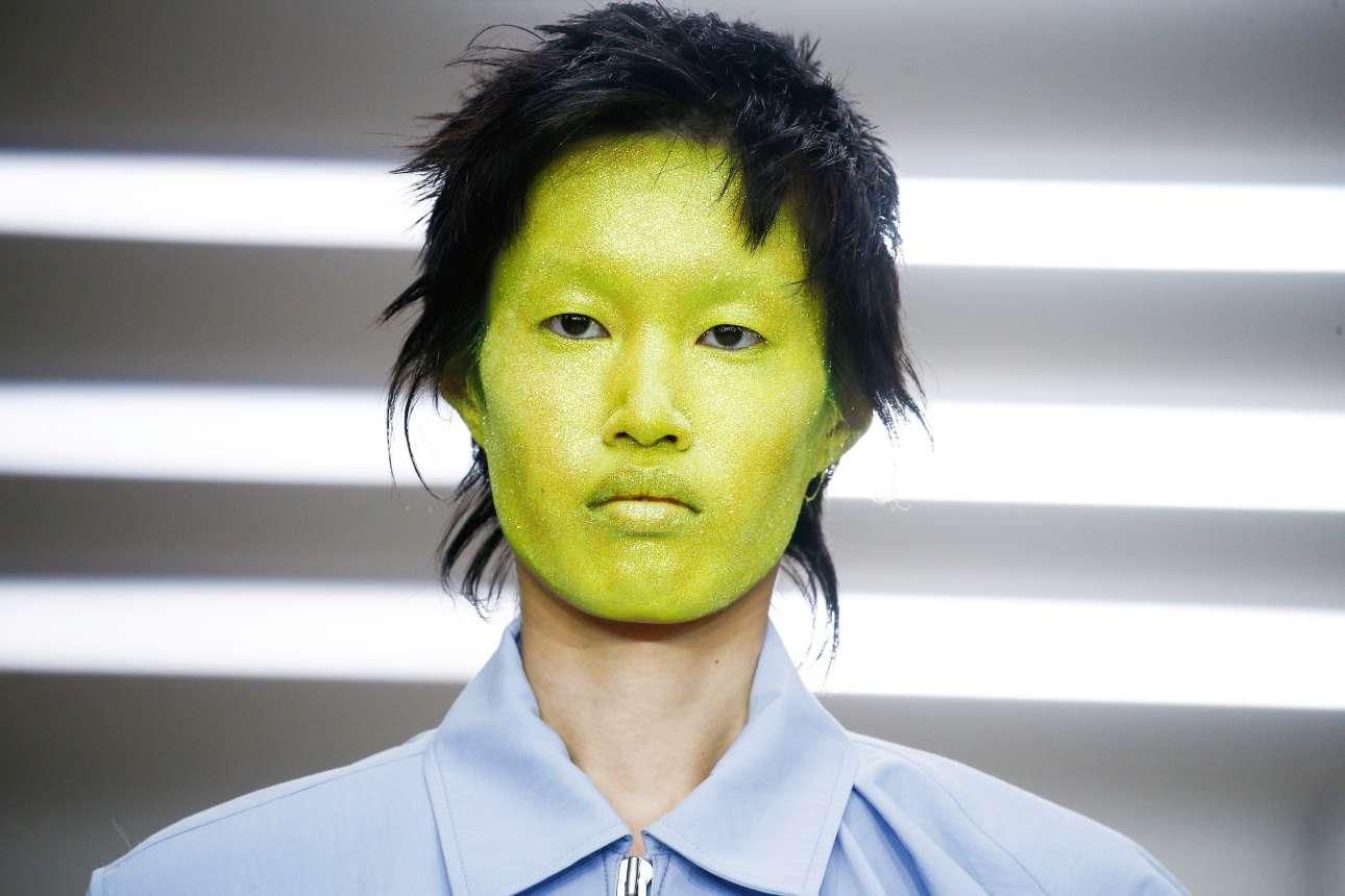 Μοντέλο παρουσιάζει μια δημιουργία του οίκου pushBUTTON στην Εβδομάδα Μόδας του Λονδίνου