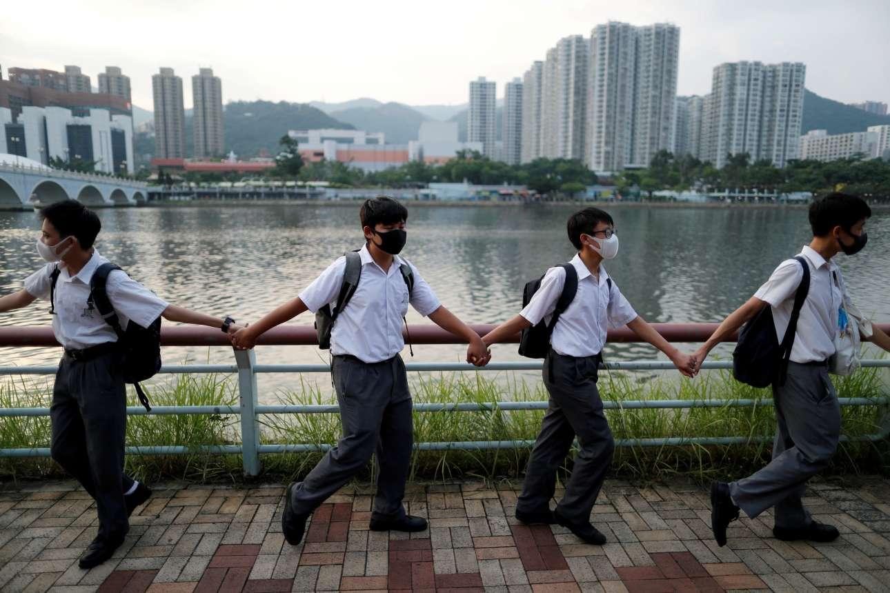 Μαθητές στην περιοχή Σα Τιν του Χονγκ Κονγκ σχηματίζουν ανθρώπινη αλυσίδα για να διαμαρτυρηθούν κατά της κυβέρνησης