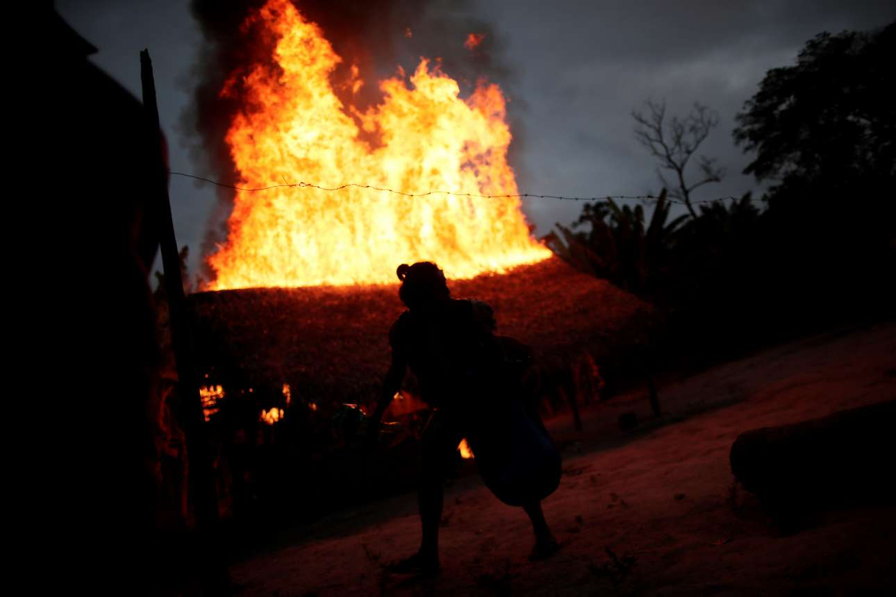 Η καλύβα γίνεται παρανάλωμα του πυρός. Ισως η μοναδική φωτιά στον Αμαζόνιο με θετικό πρόσημο.