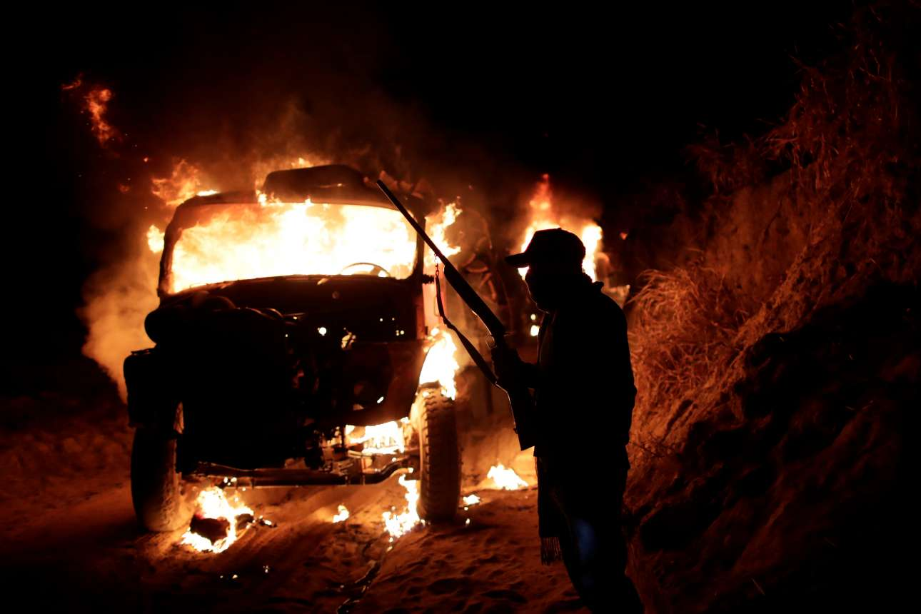 Αυτοκίνητο των λαθρεμπόρων ξυλείας τυλίγεται στις φλόγες. Ο οδηγός πέφτει θύμα εκφοβισμού και επιστρέφει στην πόλη με τα πόδια!