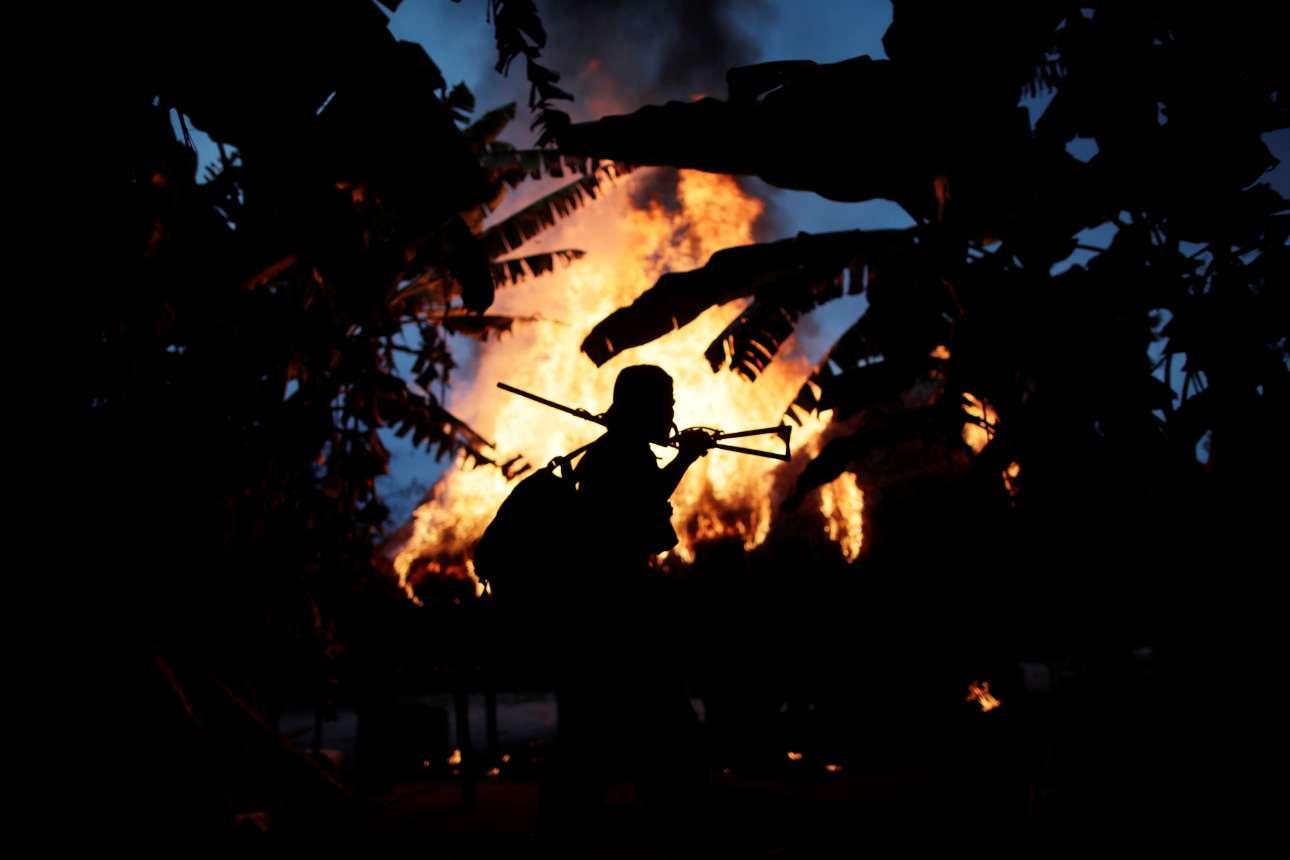 Ο ήλιος δύει. Ενας Ινδιάνος παίρνει τον δρόμο του γυρισμού με φόντο την καλύβα των λαθρεμπόρων που καίγεται. Την επομένη θα είναι και πάλι έξω ως το πρωί για να προστατεύσει το δάσος. Το δικό του δάσος.