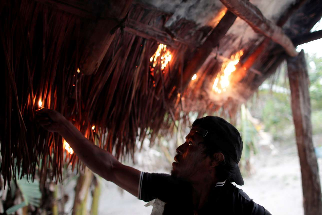 Ενας Γκουαχαχάρα βάζει φωτιά σε μια καλύβα παράνομων υλοτόμων. Πόσες άραγε να υπάρχουν στο απέραντο δάσος του Αμαζονίου;