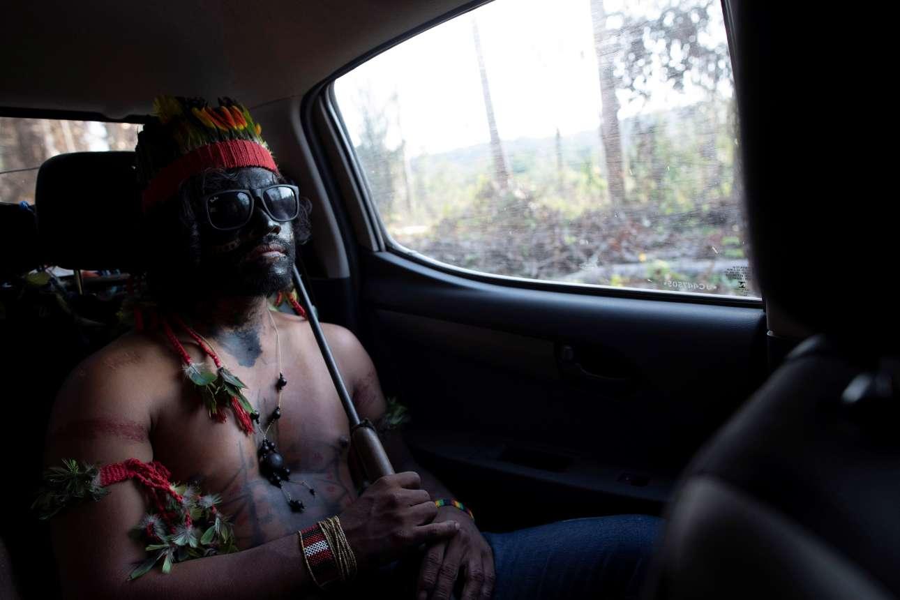 Καθ' οδόν: ένας Ινδιάνος με το όπλο στο χέρι, έτοιμος για παν ενδεχόμενο. Οι Γκουαχαχάρα θεωρούν την εισβολή των λαθρεμπόρων στη γη τους «casus belli».
