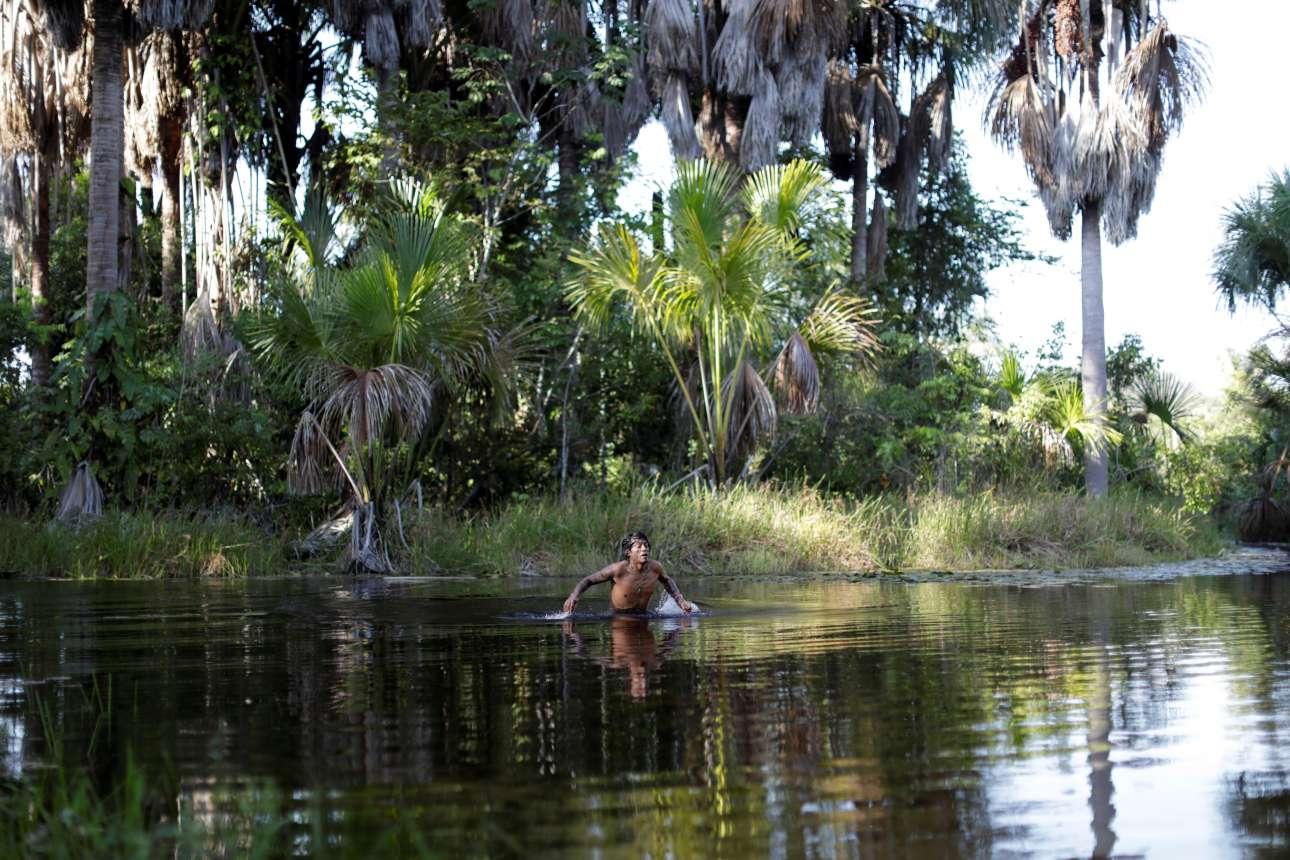 Ενας νεαρός Ινδιάνος διασχίζει το ποτάμι βοηθώντας και εκείνος στις έρευνες. Από μικροί, οι Γκουαχαχάρα μαθαίνουν να αγαπούν και να προστατεύουν την γη τους.