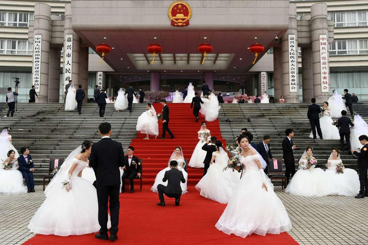 Ζευγάρια συμμετέχουν σε ομαδικούς γάμους στην πόλη Τζιαξίνγκ, στην Κίνα