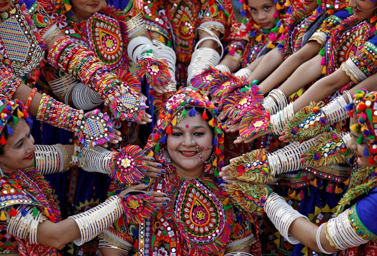 Κοπέλες στην πόλη Αχμπανταμπάντ της Ινδίας ποζάρουν για φωτογραφία κατά τη διάρκεια πρόβας για τον παραδοσιακό χορό Garba