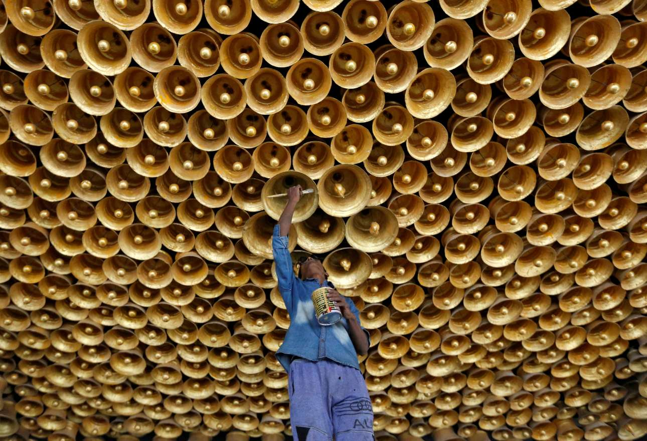 Τεχντίτης βάζει τις τελευταίες πινελιές στη διακόσμηση λίγο πριν τους εορτασμούς για το ινδουιστικό φεστιβάλ Durga Puja στην Καλκούτα της Ινδίας