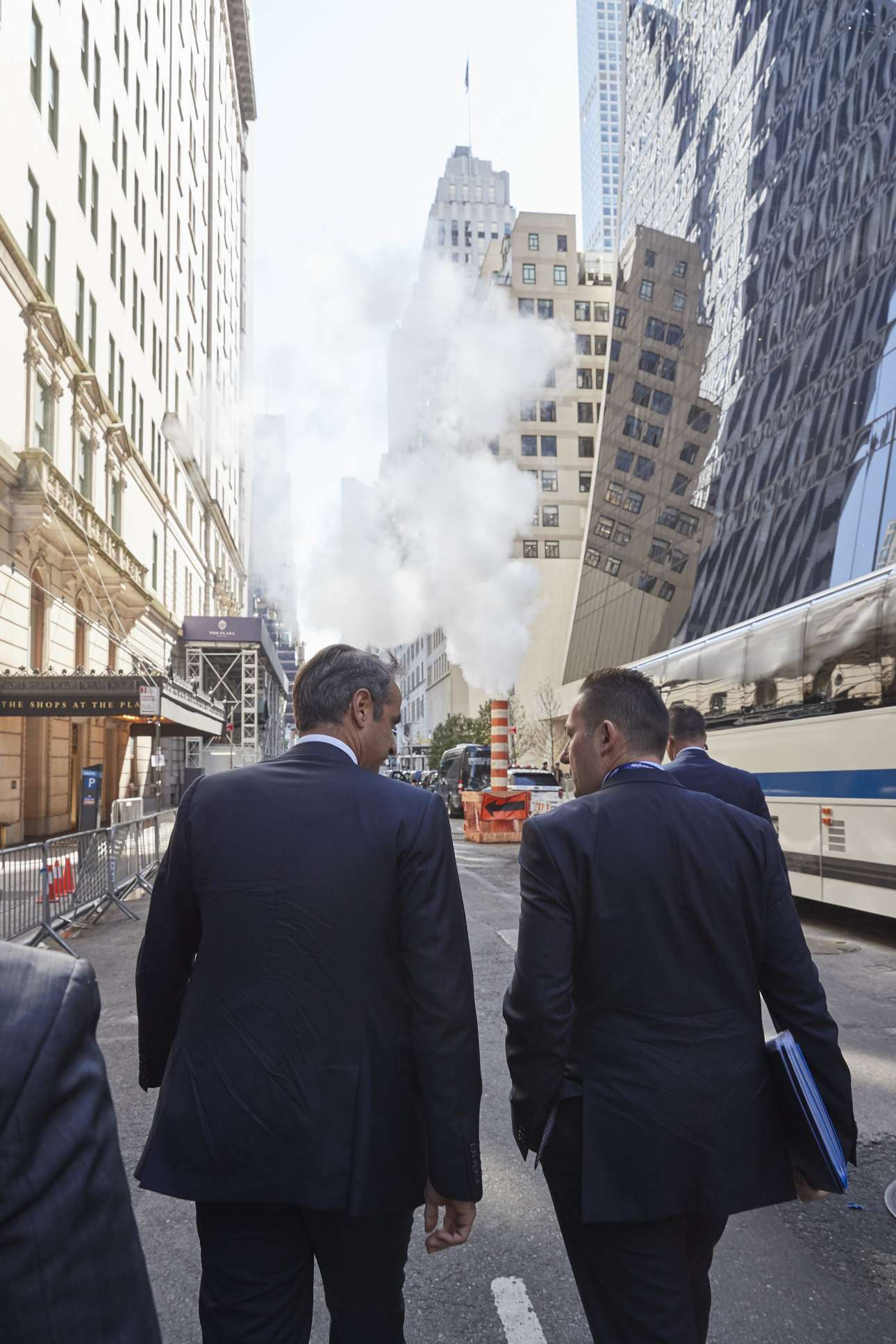 Συνομιλώντας με τον κυβερνητικό εκπρόσωπο Στέλιο Πέτσα ενώ βαδίζουν προς την Πέμπτη Λεωφόρο στο ύψος του φημισμένου ξενοδοχείου «Plaza» στην καρδιά του Μανχάταν