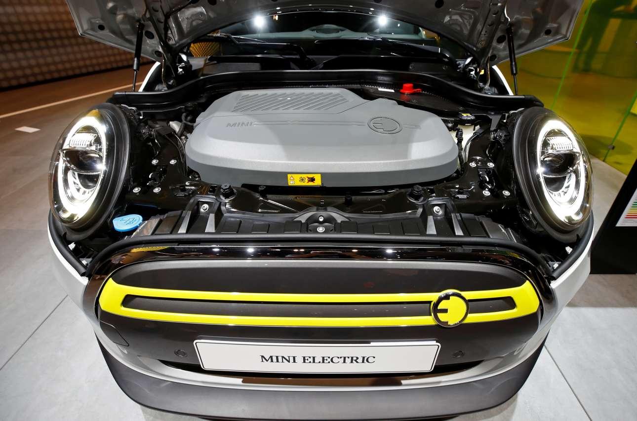 Το Mini Electric γνωστό και ως Cooper SE δείχνει με υπερηφάνεια την απόλυτα ηλεκτρική μηχανή του
