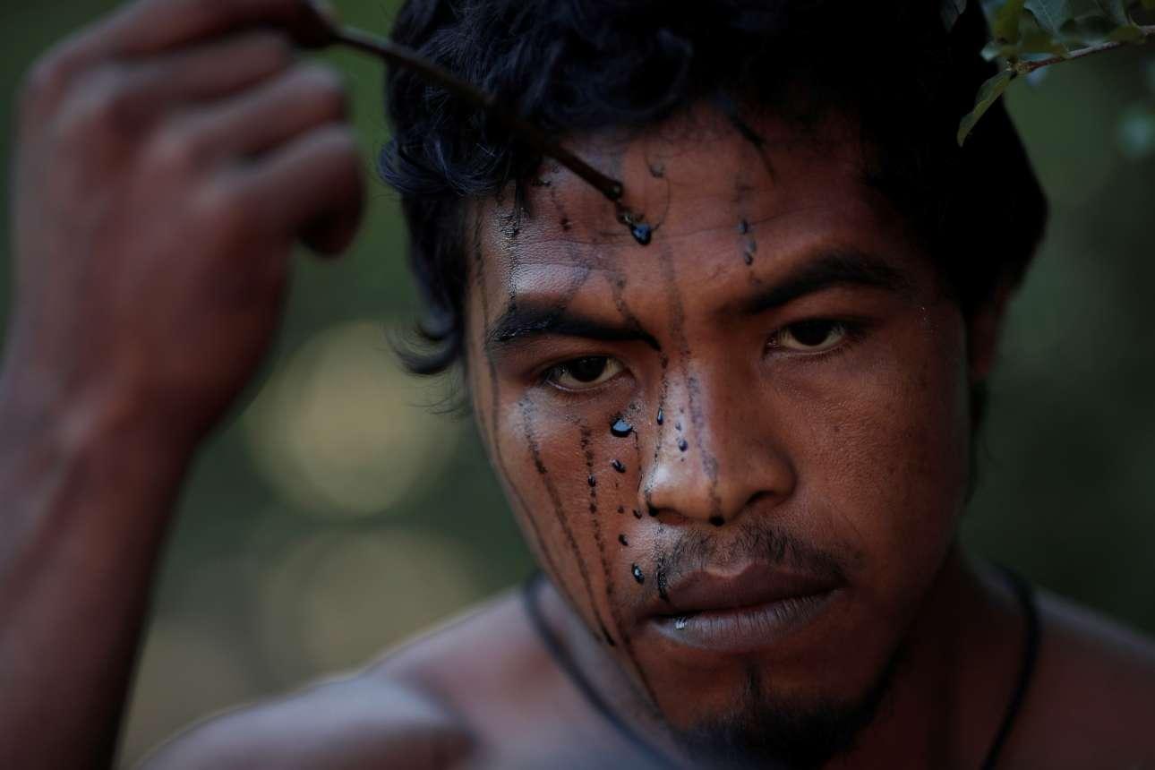 Ενας προστάτης του δάσους ζωγραφίζει το πρόσωπό του. Το βάψιμο του προσώπου για τους Ινδιάνους είναι σημαντικό στοιχείο του πολιτισμού τους. Κάθε φυλή είχε το δικό της, ξεχωριστό τρόπο βαψίματος. Δεν το θεωρούν πράξη καλλωπισμού αλλά κοινωνικής διάκρισης και φρονήματος