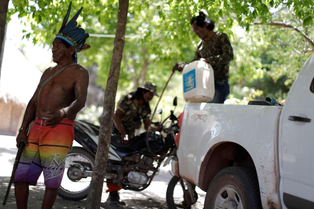 Οι Ινδιάνοι έχουν πάρει την κατάσταση στα χέρια τους καθώς η αστυνομία αδυνατεί να περιορίσει το φαινόμενο της παράνομης υλοτομίας. Η περιπολία θα ξεκινήσει ανά πάσα στιγμή.
