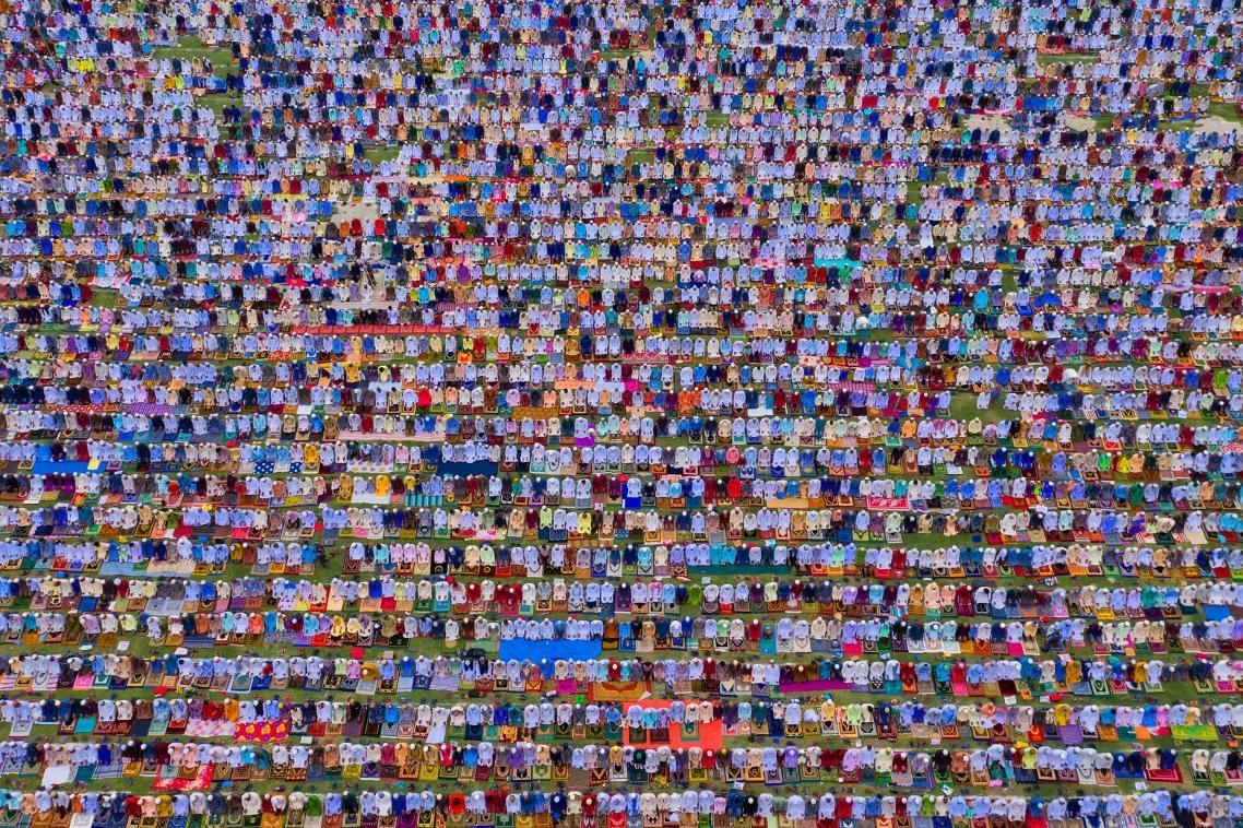 Χιλιάδες πιστοί συγκεντρώνονται για την προσευχή του Ιντ, για να γιορτάσουν τη λήξη του Ραμαζανιού