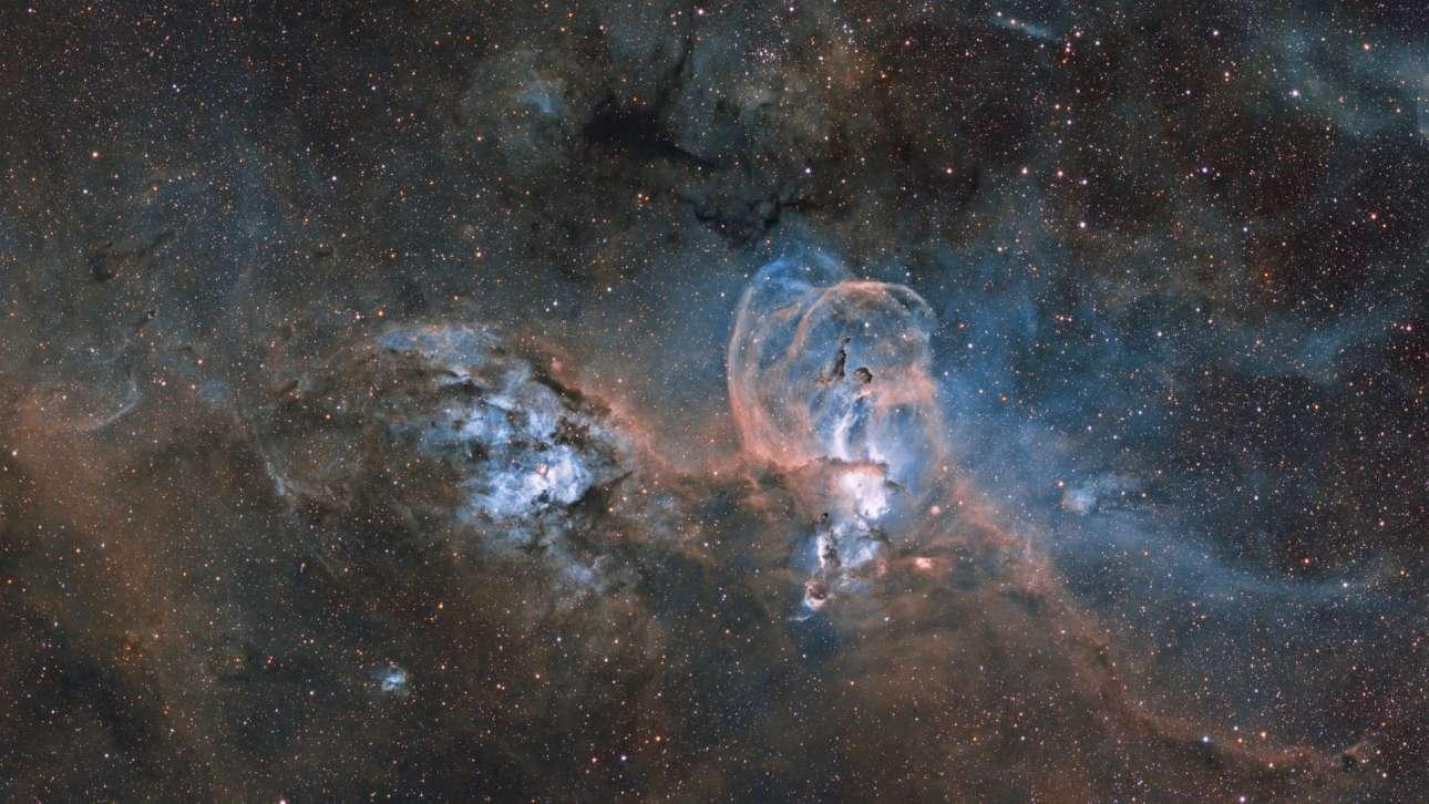 Βραβείο στην κατηγορία Αστέρια και Νεφελώματα. «Το νέφος Αγαλμα της Ελευθερίας»: στην φωτογραφία απεικονίζονται δύο συμπλέγματα νεφελωμάτων, το ένα μακριά από το άλλο. Το NGC 3576 στα δεξιά, είναι πιο κοντά στη Γη και το σχήμα του μοιάζει με το διάσημο Αγαλμα της Ελευθερίας, εξού και ο τίτλος της βραβευμένης εικόνας