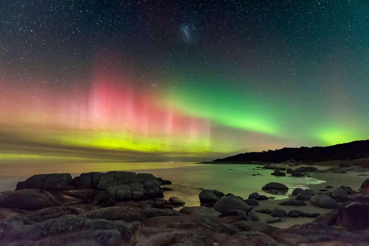 Φιναλίστ στην κατηγορία Σέλας. Το μαγευτικό Νότιο Σέλας, ή αλλιώς Aurora Australis, φωτογραφημένο από την παραλία Μπίρμπαρελ στην Τασμανία