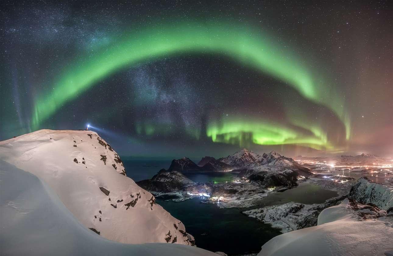 Βραβείο στην κατηγορία Σέλας. Το εντυπωσιακό Βόρειο Σέλας δεσπόζει πάνω από την κορυφή του βουνού Offersøykammen, στα νησιά Λοφότεν της Νορβηγίας