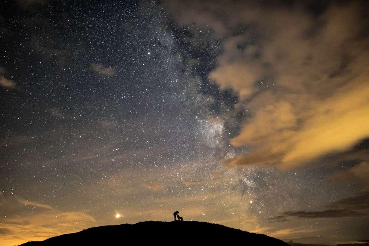 Βραβείο στην κατηγορία Ανθρωποι και Διάστημα. Ο φωτογράφος Μπεν και ο σκύλος του «περικυκλώνονται» από τον Αρη, τον Κρόνο και τον Γαλαξιακό μας πυρήνα, σε ένα μοναδικό καρέ