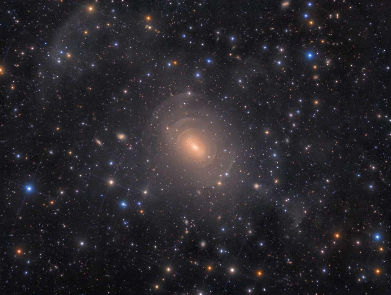 Βραβείο στην κατηγορία Γαλαξίες. Ο ιδιαίτερος, ελλειπτικός γαλαξίας NGC 3923 στον αστερισμό της Υδρας, ο οποίος αποτελείται από εκατομμύρια ομόκεντρα κελύφη εξαιτίας των προηγούμενων συγχωνεύσεων με άλλους γειτονικούς γαλαξίες