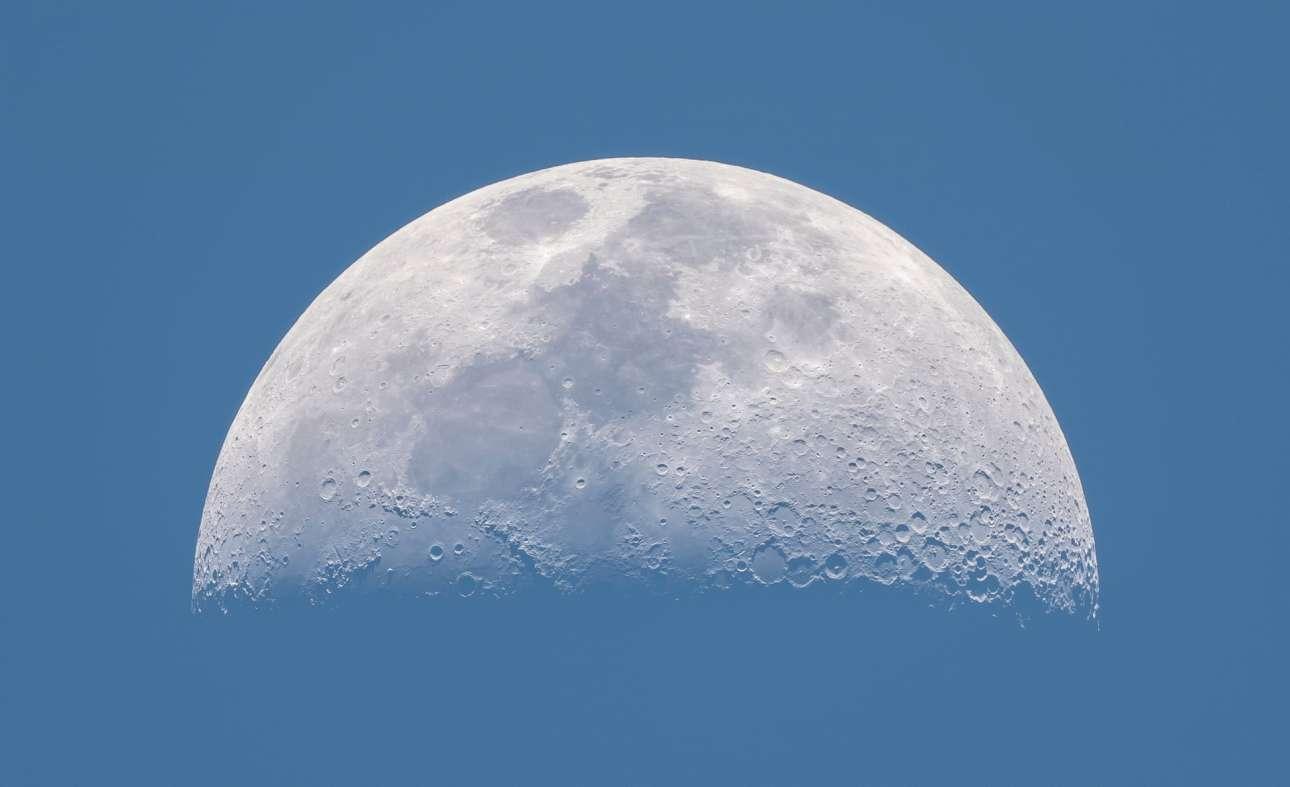 Φιναλίστ στην κατηγορία Η Σελήνη Μας. Ο ισπανός φωτογράφος καταφέρνει να απαθανατίσει με απίστευτη λεπτομέρεια την επιφάνεια της Σελήνης κατά τη διάρκεια της ημέρας
