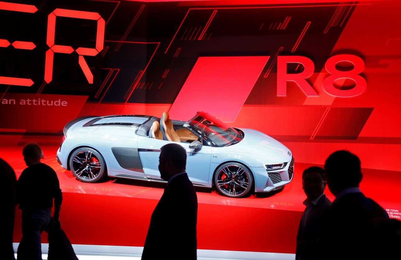 To Audi R8 καμπριολέ κλέβει τα βλέμματα και κάνει τις καρδιές να χτυπούν πιο γρήγορα...