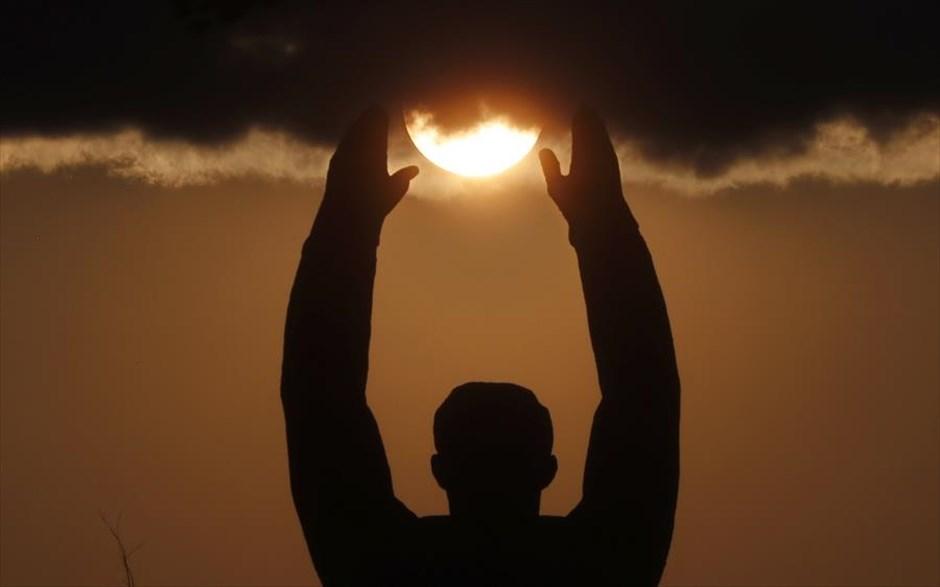 Ο ήλιος δύει πάνω από το μνημείο για τον Γιούρι Γκαγκάριν στο Μπαϊκονούρ του Καζακστάν