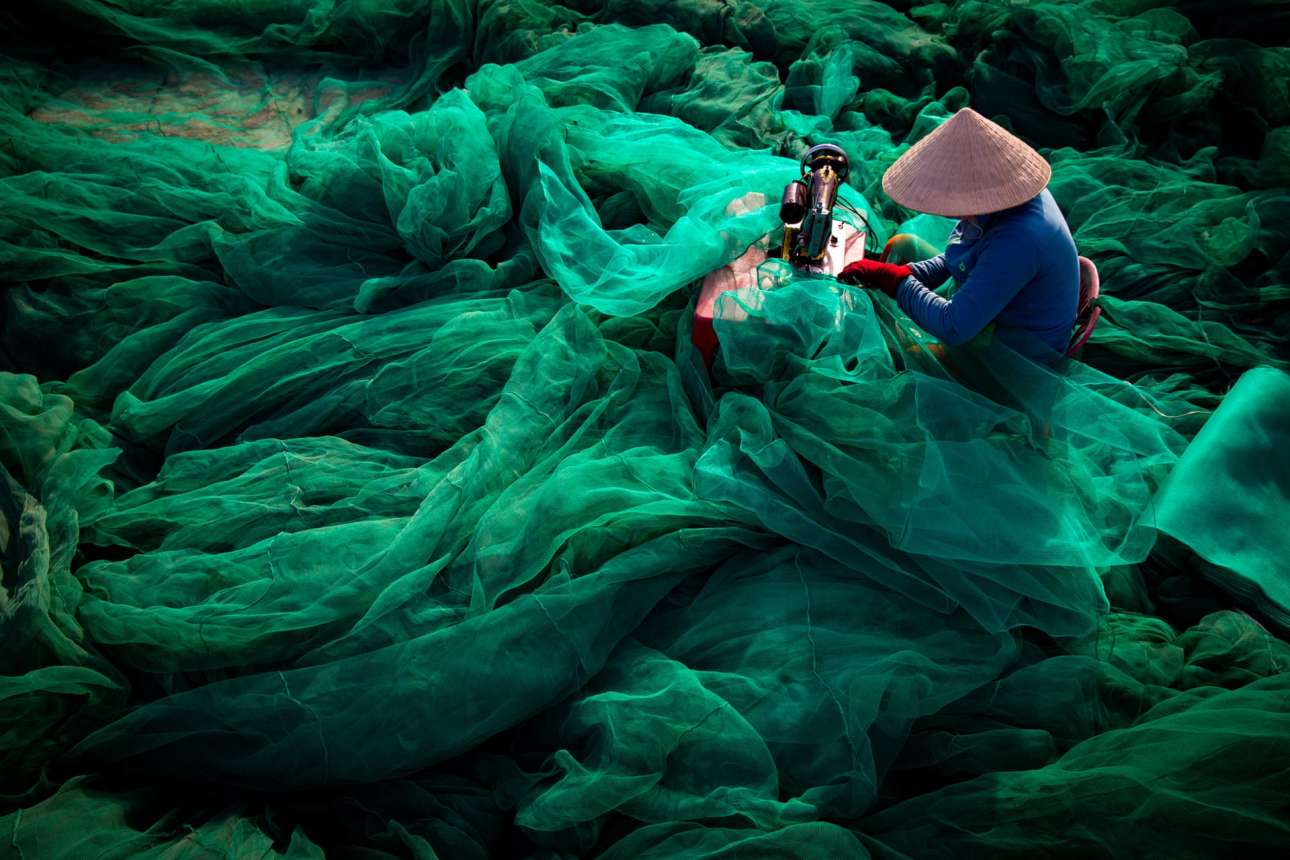 «Ράβοντας το Δίχτυ», στο Βιετνάμ. Καθώς τα αποθέματα μειώνονται, οι μέθοδοι αλιείας γίνονται όλο και πιο ακραίες. Το ψάρεμα με δίχτυα με μικροσκοπικές τρύπες καταστρέφει το θαλάσσιο περιβάλλον