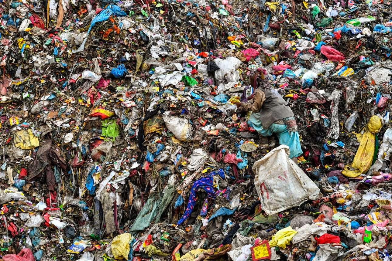 Ρακοσυλλέκτες ψάχνουν ολημερίς στη χωματερή Σισντόλ του Νεπάλ για υλικά ή οτιδήποτε πολύτιμο μπορεί να πουληθεί. Η προσωρινή χωματερή που βρίσκεται κοντά στο Κατμαντού λειτουργεί από το 2005. Σήμερα, η χωρητικότητα της έχει σχεδόν εξαντληθεί