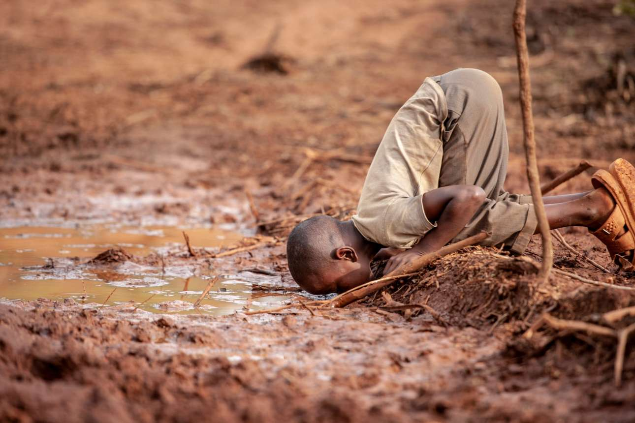 Βραβείο στην κατηγορία Νερό, Ισότητα και Βιωσιμότητα. Ενα αγόρι πίνει βρώμικο νερό μέσα από λασπόνερα, εξαιτίας της έλλειψης νερού που έχει προκληθεί από την αποψίλωση δασών στην Κένυα. Η έλλειψη καθαρού νερού αυξάνει δραματικά τον κίνδυνο διαρροϊκών ασθενειών όπως η χολέρα, ο τυφοειδής πυρετός, η δυσεντερία και άλλες που οφείλονται στην πόση μολυσμένων υδάτων