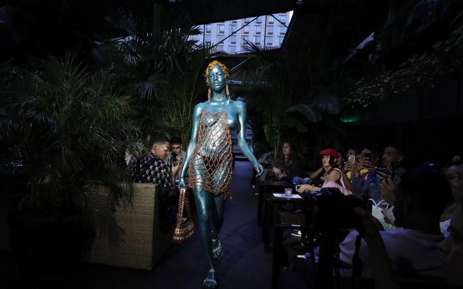 Μοντέλο συμμετέχει στην επίδειξη μόδας του οίκου Gypsy Sport στην Εβδομάδα Μόδας της Νέας Υόρκης
