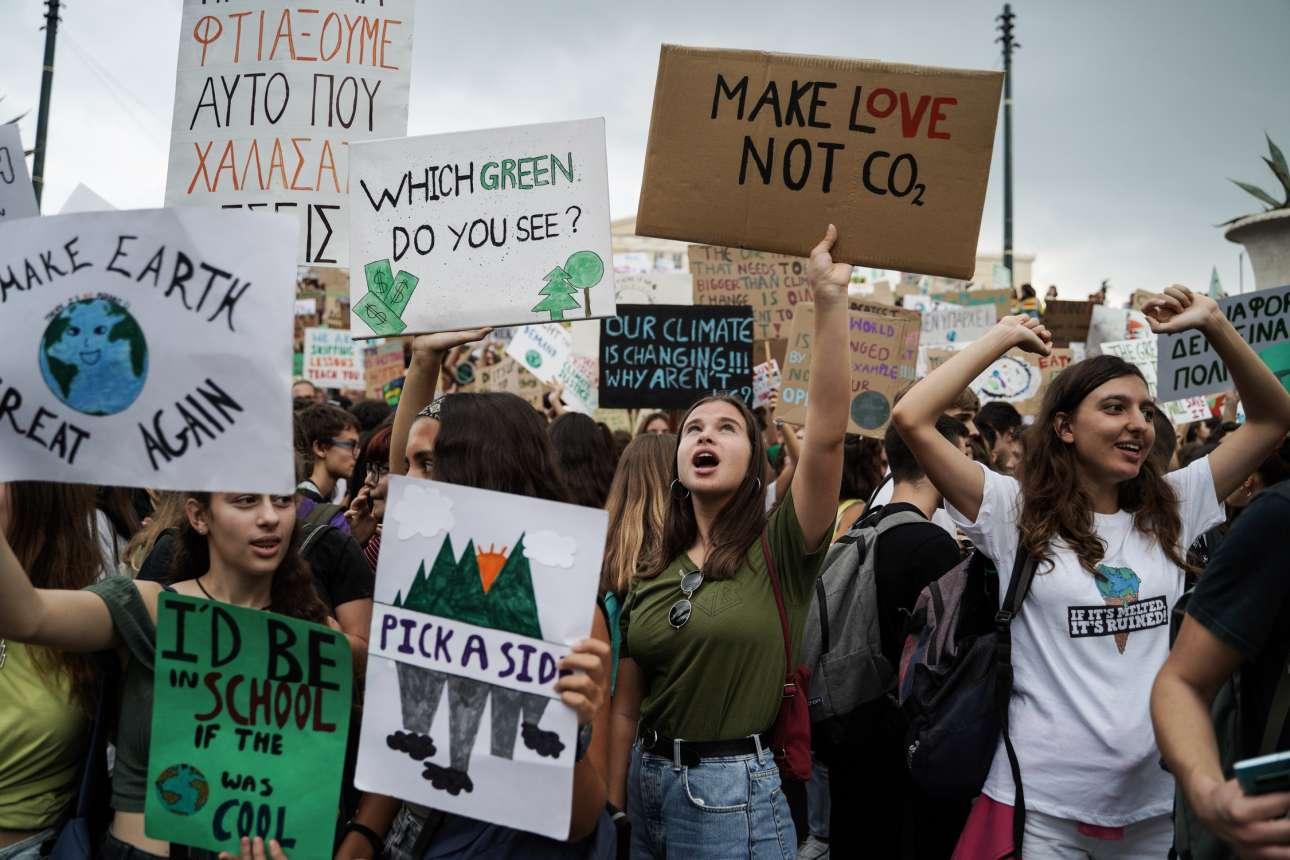 «Διαλέξτε με ποια πλευρά είστε», «Κάντε έρωτα, όχι διοξείδιο του άνθρακα», λέει ένα από τα πλακάτ