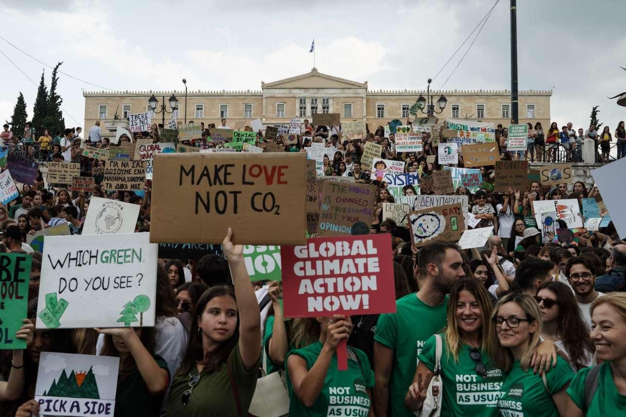 Το πράσινο του περιβάλλοντος που κινδυνεύει κυριαρχούσε στη συγκέντρωση μπροστά στη Βουλή