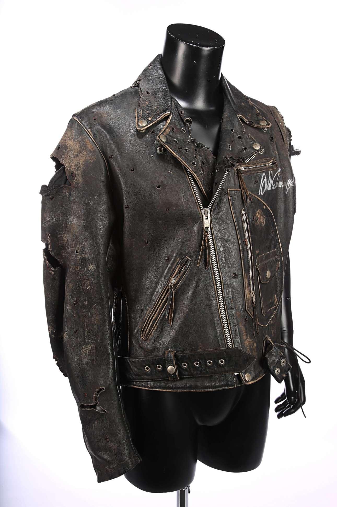 Το δερμάτινο μπουφάν που φορούσε ο Αρνολντ Σβαρτσενέγκερ στην ταινία επιστημονικής φαντασίας «Εξολοθρευτής 2: Μέρα της Κρίσης», υπογεγραμμένο από τον ίδιο,  αναμένεται να φτάσει τα 12.000 ευρώ
