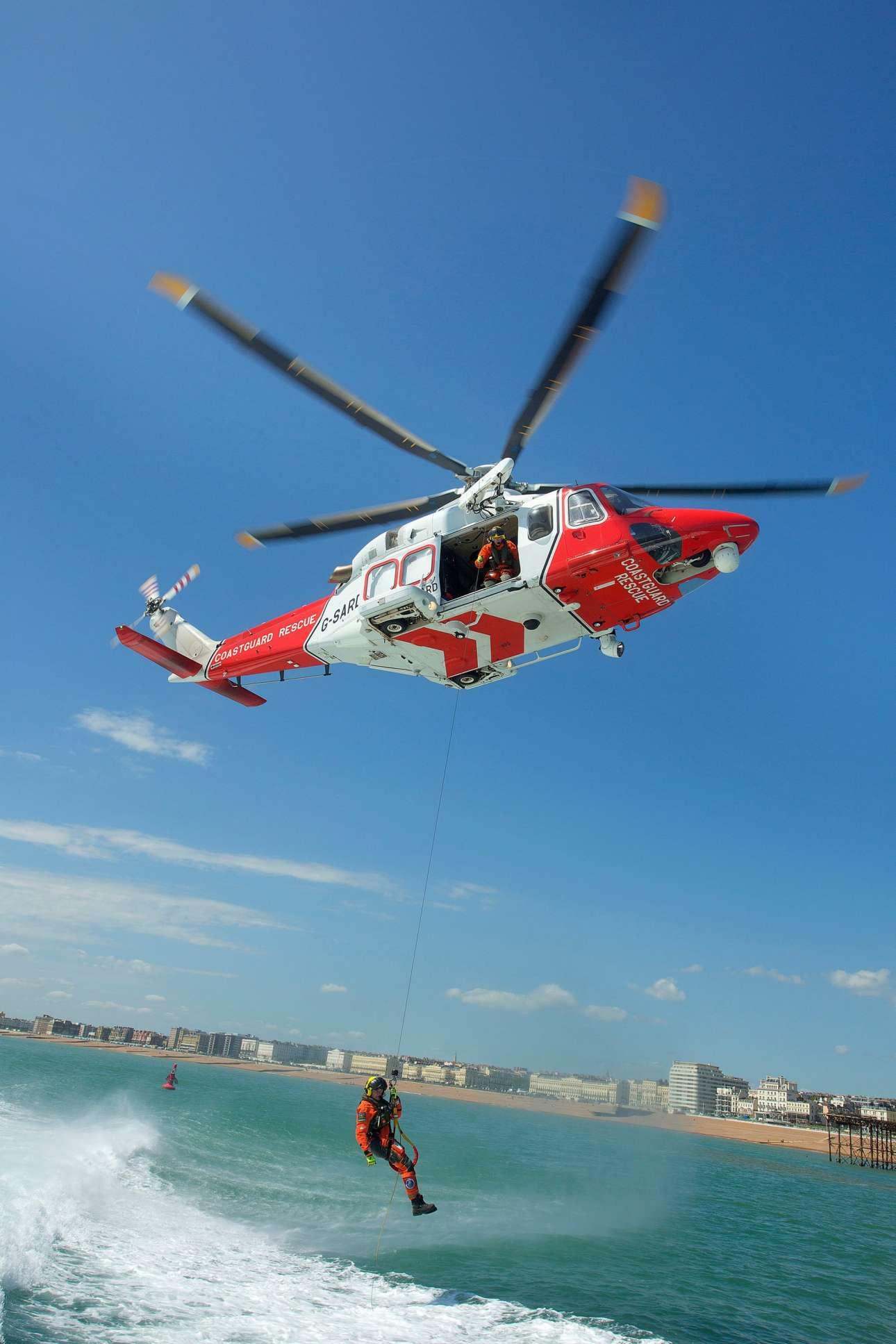 Το στιγμιότυπο από επίδειξη με διασωστικό ελικόπτερο της ακτοφύλακης στο Μπράιτον, κέρδισε το πρώτο βραβείο στην κατηγορία Αναψυχή